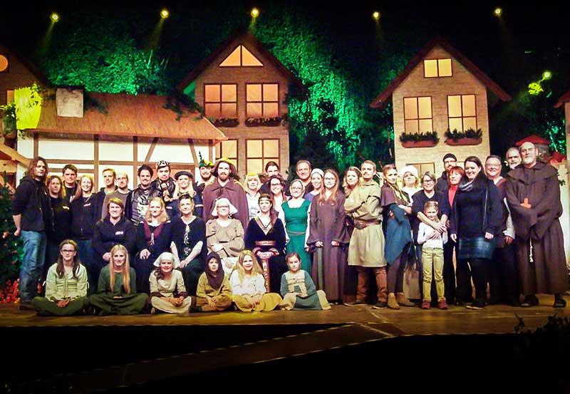 Abschlußbild »Robin Hood« 2015 mit Ensemble und Team der Aufführung